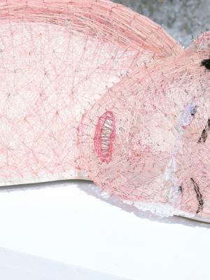 Cauchemar  2018, résine, polyuréthane, aiguilles, fils, laines  et perles en cristal, 28.0×164.0×56.0cm -2